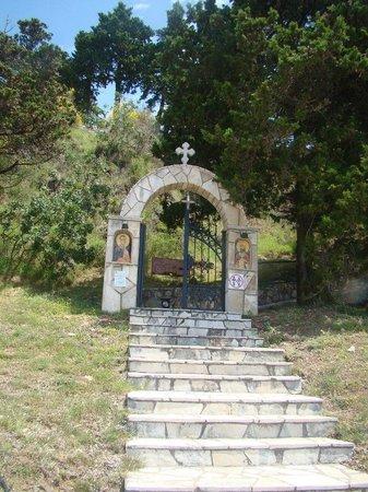 Becici, مونتينيغرو: Лестница к церкви св .апостола Фомы