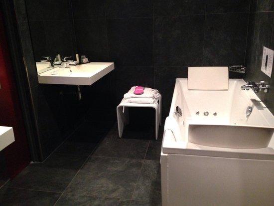 salle de bain jacuzzi. Black Bedroom Furniture Sets. Home Design Ideas