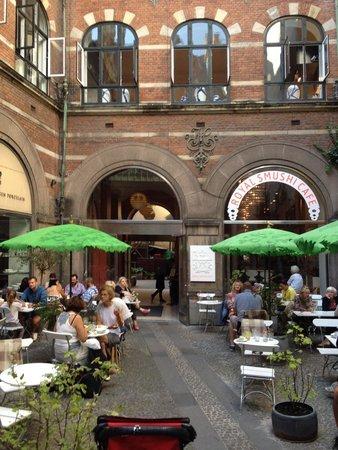 The Royal Cafe: Столики во внутреннем дворике