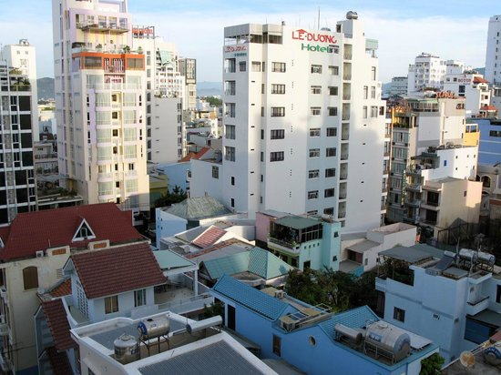 Nha Trang Beach Hotel: Вид с 7го этажа вглубь Европейского квартала на 2ю линию