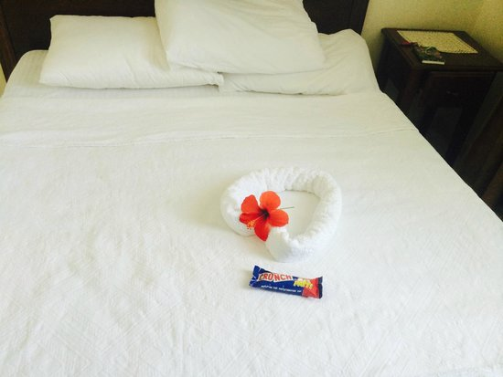 Caretta Apart Hotel : Bed at Hotel arranged with flowers