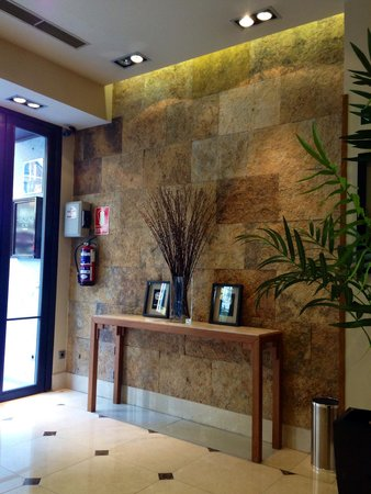 Hotel Sterling: Reception area