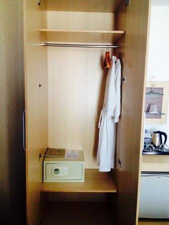 Moon Julie Hotel: Wardrobe