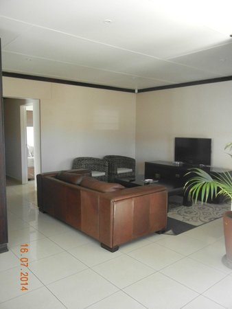 Arebbusch Travel Lodge : Lounge with flat screen and satelite TV
