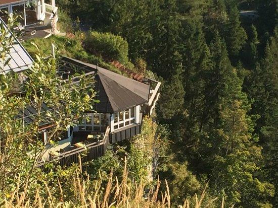 Das Burghotel Falkenstein : Blick von der Burgruine auf einen Teil des Hotels. Frühstück in luftiger Höhe außen- herrlich!