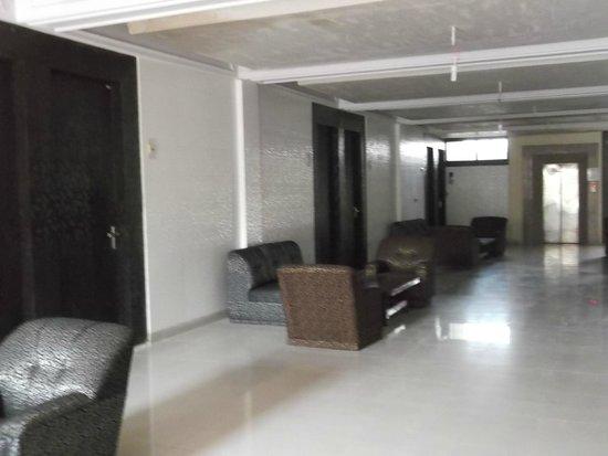 Surya Palace: Corridor (refurb going on)