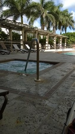 Residence Inn Delray Beach : hot tub near the pool