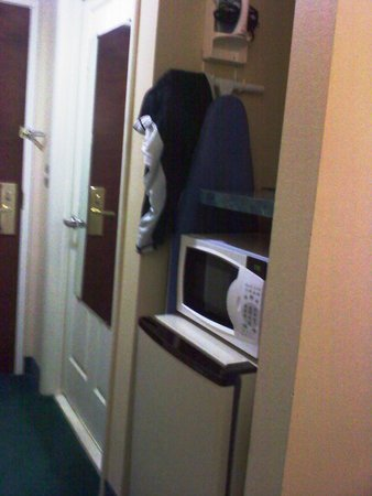 Ramada Limited Columbia: Fridge(not very cold), Microwave & Ironing Board