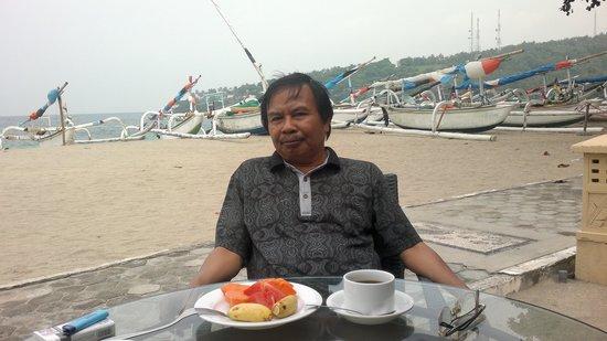 Puri Saron Senggigi Beach Hotel : Sarapan Pagi dibibir Pantai