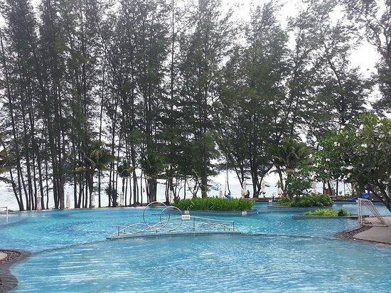 Holiday Inn Phuket Mai Khao Beach Resort: The infinity pool