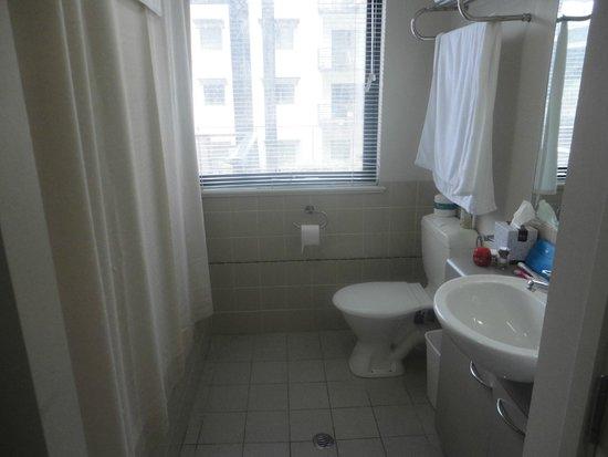 Mounts Bay Waters Apartment Hotel: Bathroom