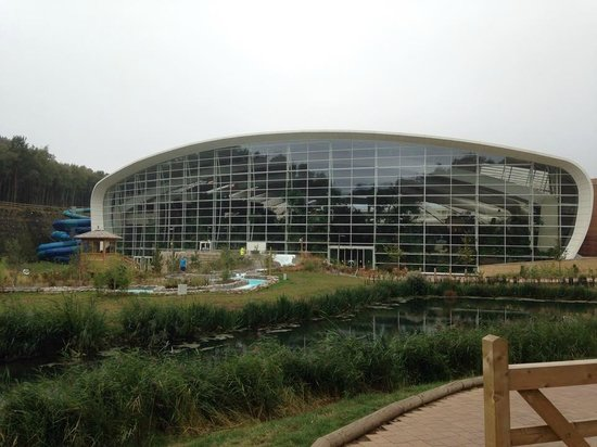 ‪‪Center Parcs Woburn Forest‬: Swimming Pool / Village Square‬