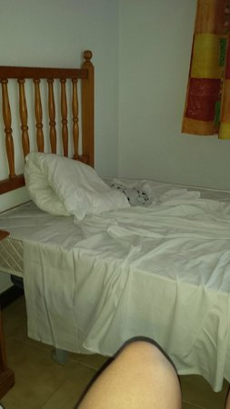 Apartamentos Palmera Mar: Sheets that don't fit the bed.