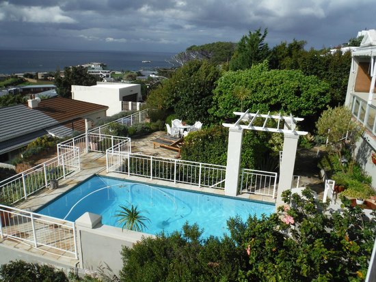 Grosvenor Guest  House: View from same balcony of the pool area