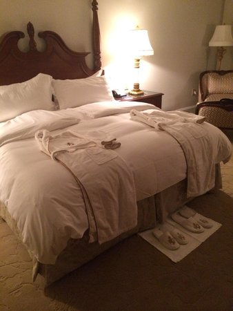Market Pavilion Hotel : Beds neatly turned down with a biscotti waiting :)