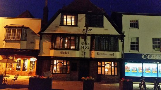The Falstaff in Canterbury: Foto notturna della facciata dell'hotel