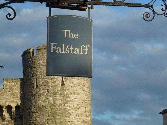 The Falstaff in Canterbury: L'insegna dell'hotel con alle spalle un torrione della porta ovest di ingresso alla città