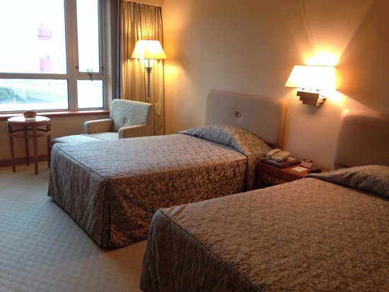 Golden Crown China Hotel: Standard room. Comfy bed, cold air-conditioning, better view if you get a room facing the sea.