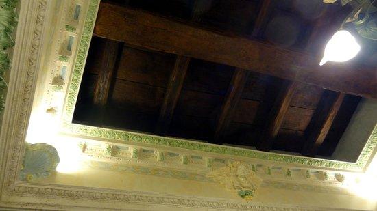 Pensione Barrett : plafond vraies poutres à 4.5m !
