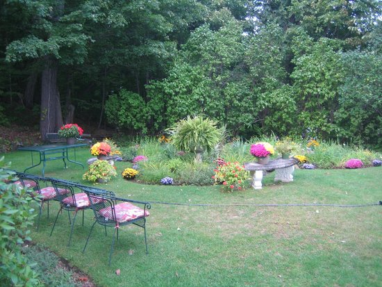 Ruah Bed & Breakfast: Side yard flower garden.