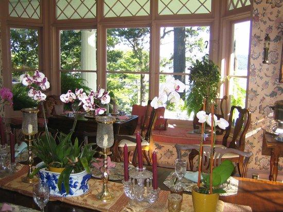 Ruah Bed & Breakfast : Dining room - looking west toward Lake George.