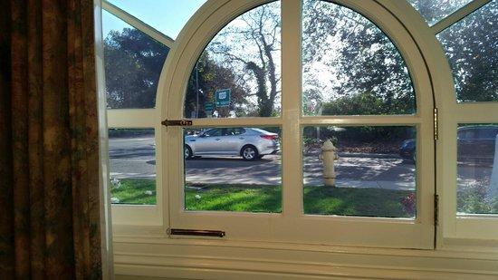 Montecito Inn : View of traffic and freeway onramp