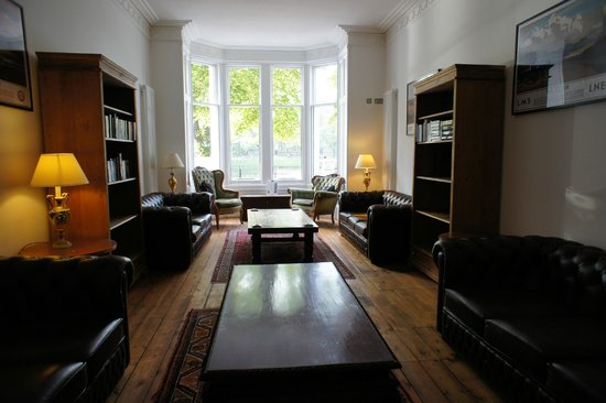 Glen Mhor Hotel & Apartments: The Quaint Reading Lounge