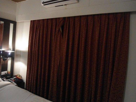 Resort De Crossroads : BEDROOM CURTAINS