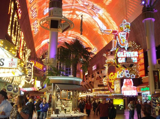 Four Queens Hotel and Casino: La rue, la très grande rue...très animée!!