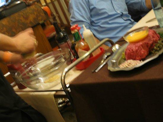 Restaurant Chez Max : Frank whipping up his famous steak tartar