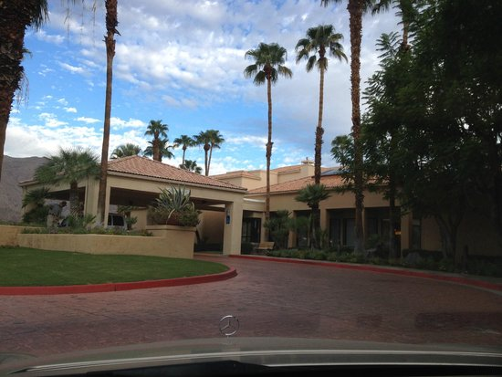 Courtyard by Marriott Palm Springs: Hotel Facade