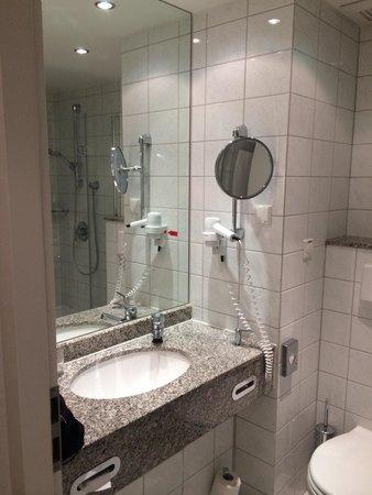 Court Inn Dresden: Executive room bathroom