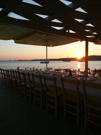 Arokaria Beach: Restaurant on the beach near Arokaria studios