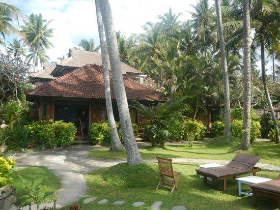 Amarta Beach Cottages : Bungalow, au milieu du jardin