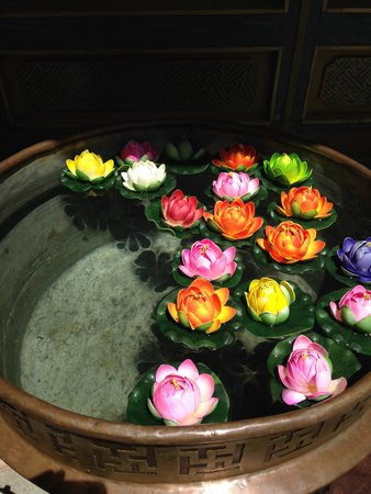 Ji Qu Restaurant : Pretty flowers in the courtyard area