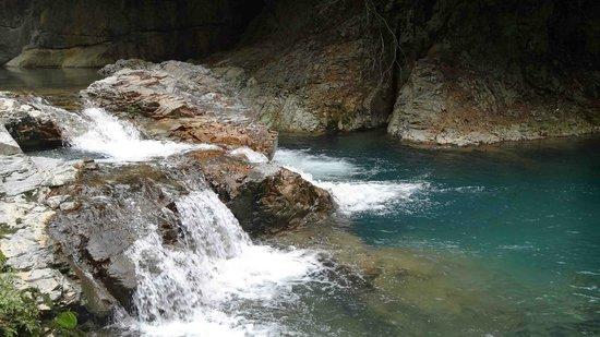 Shima no Oketsu: 青い水と滝