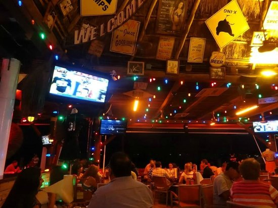 Hooters Plaza la Isla: Inside