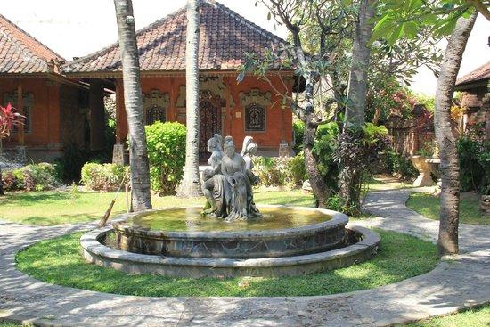 Ida Hotel: jardin