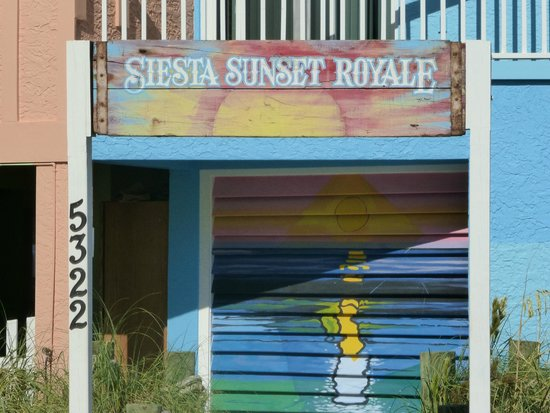Siesta Sunset Royale: Entrance to remember