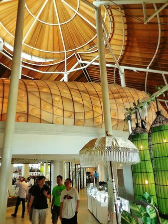 Beachwalk Shopping Center: interior