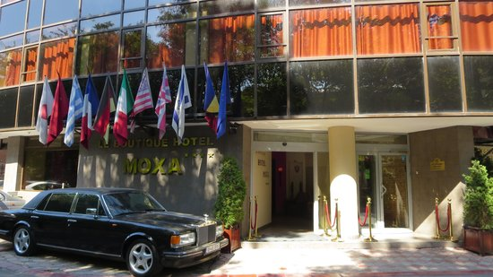 Le Boutique Hotel Moxa: Manager's Rolls Royce (Silver Cloud) parked at hotel front!