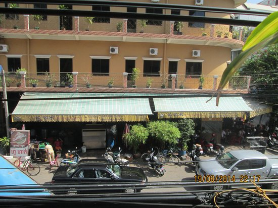 Dara Reang Sey Hotel Phnom Penh: a view of the hotel's new building taken from the balcony