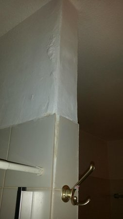 ROOM WATER STAINS ON WALL IN BATHROOM CRUMBLING WALLS - Water stains on walls in bathroom