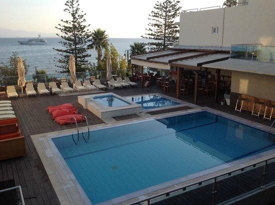 Bristol Sea View Hotel Apartments: La piscina