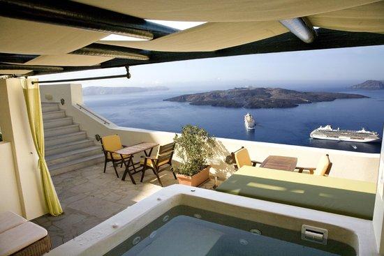 Adamis Majesty Suites: Deluxe Honeymoon Suite - outdoor spa tub