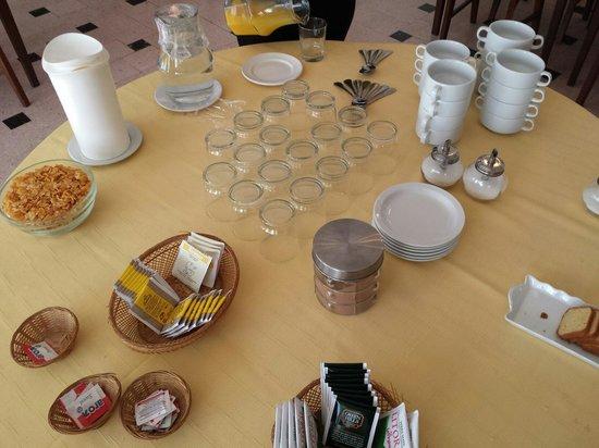Hotel San Francisco: Desayuno basico (no se ve el cafè, croissant y tostadas con mantequilla y dulce de leche),