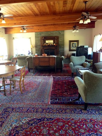 The Fox and the Grapes Bed and Breakfast: Large great room with fireplace to enjoy.
