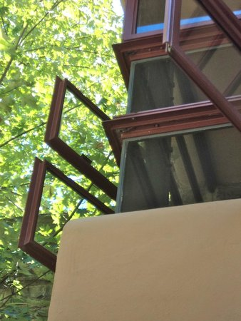 Fallingwater : Windows that open on corners with no framing
