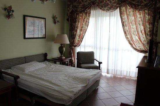 Cordial Hotel & Golf Resort Pelagone : Wohnbereich mit Ausziehcoach