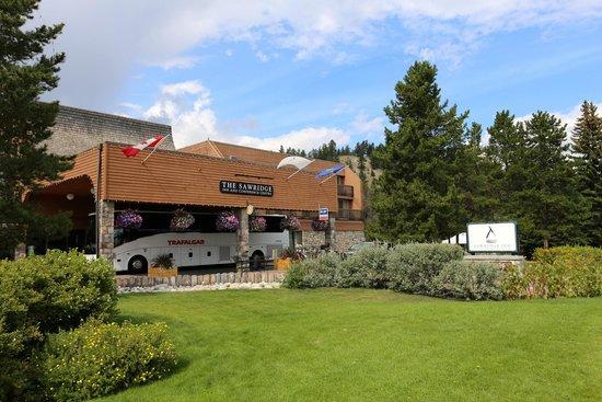 Sawridge Inn and Conference Centre Jasper: Front of Hotel with Trafalgar Bus